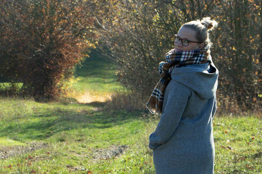 Sandra Kluge von Hallo Glück blickt in die Kamera