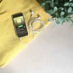 Hallo Glück Spotify Playlist | Smartphone mit Playlist und Kopfhörern auf Tisch