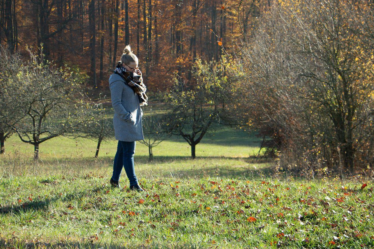 Hallo Glück | Sandra spaziert in einer Herbstlandschaft für mehr Wetterunabhängigkeit